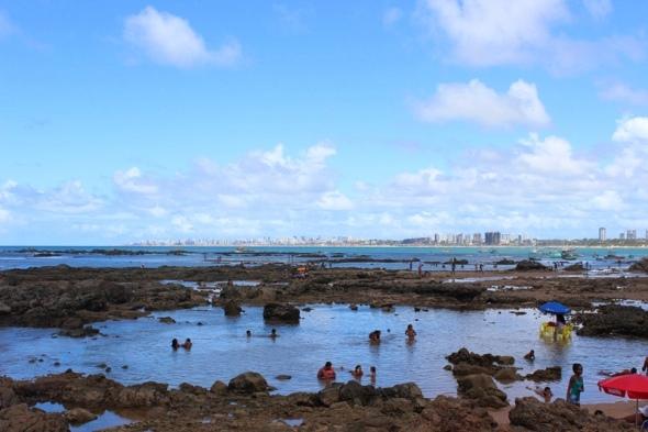 O mar espelhado da Praia de Itapuã (Foto: Luana Amaral/365 Salvador)
