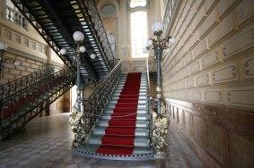 Escadaria de vidro coberta com tapete vermelho no Palácio Rio Branco (Foto: Ronaldo Silva/AGECOM)
